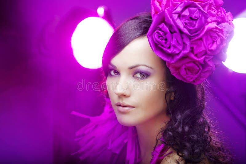 Menina bonita em um chapéu com rosas imagens de stock royalty free