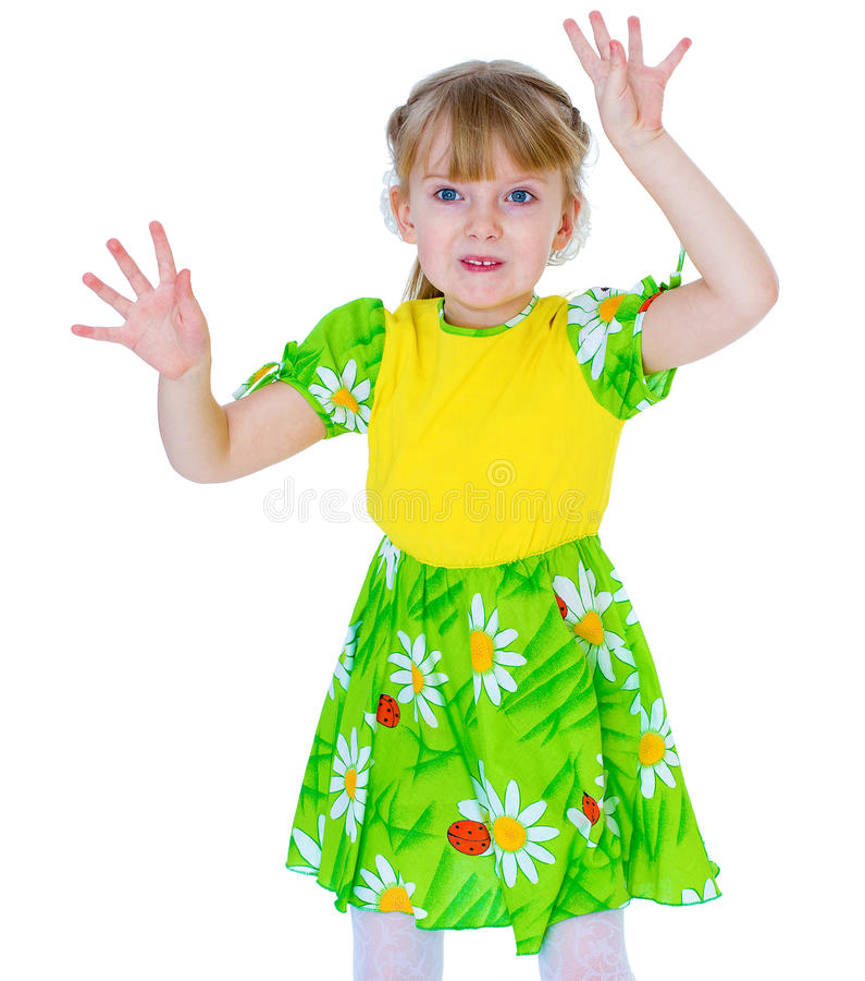 A menina bonita em um divertimento verde do vestido acena suas mãos imagens de stock