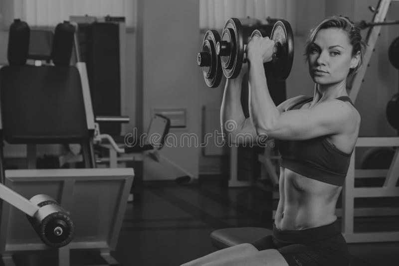 Menina bonita em um gym dos esportes foto de stock