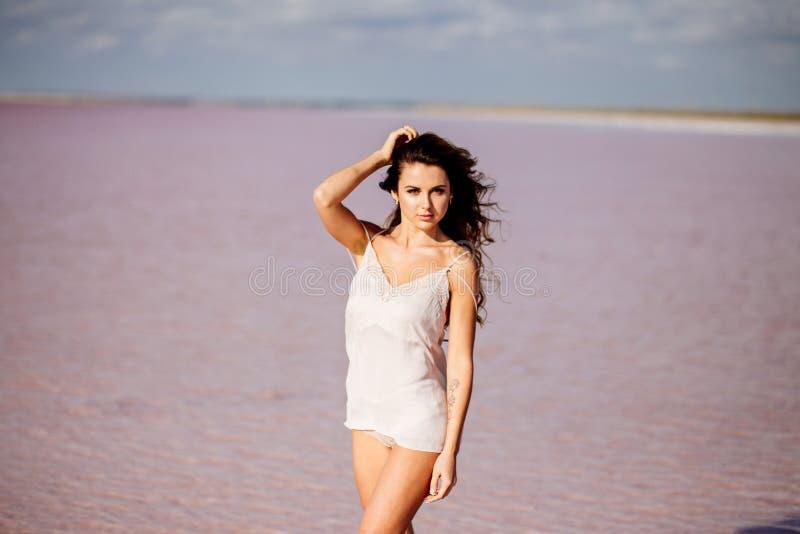 Menina bonita em um lago cor-de-rosa fotos de stock royalty free