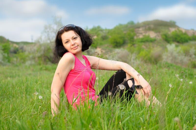 Menina bonita em um prado verde fotos de stock