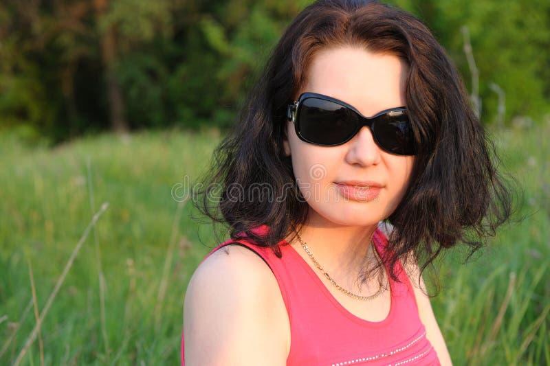 Menina bonita em um prado verde imagens de stock royalty free