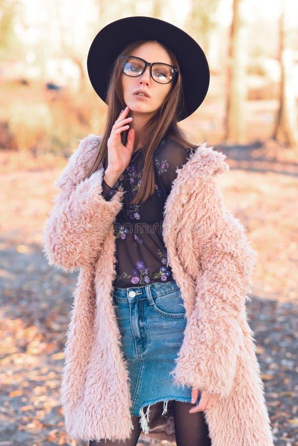 Menina bonita em um revestimento cor-de-rosa elegante da Lama fotos de stock