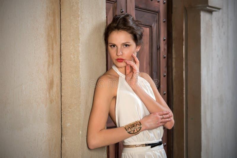 Menina bonita em um terno cinzento fotografia de stock royalty free