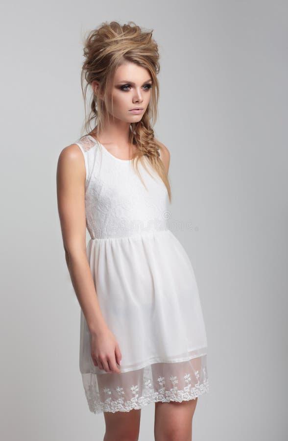 Menina bonita em um vestido branco imagem de stock royalty free