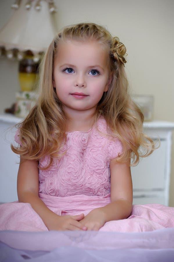 Menina bonita em um vestido cor-de-rosa foto de stock