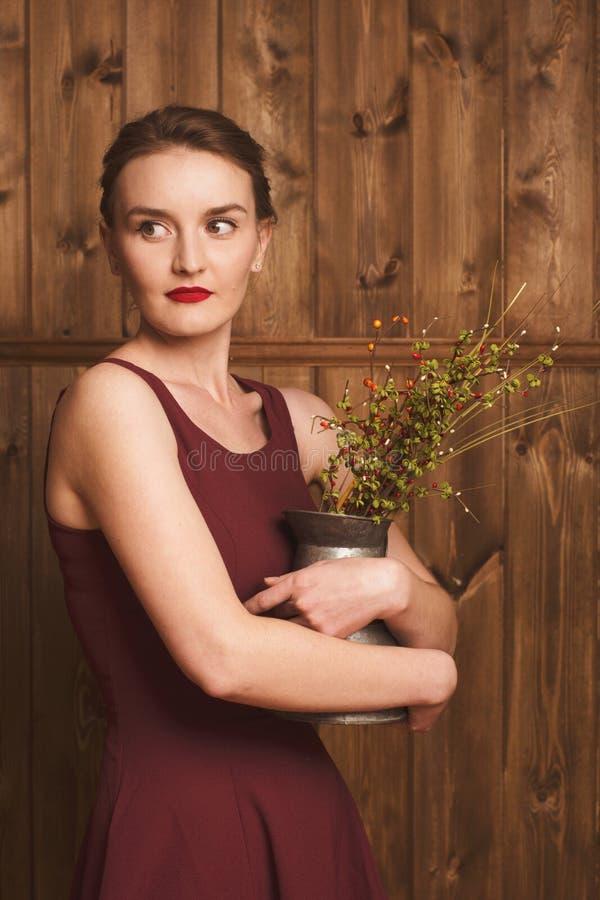 Menina bonita em um vestido de Borgonha imagens de stock
