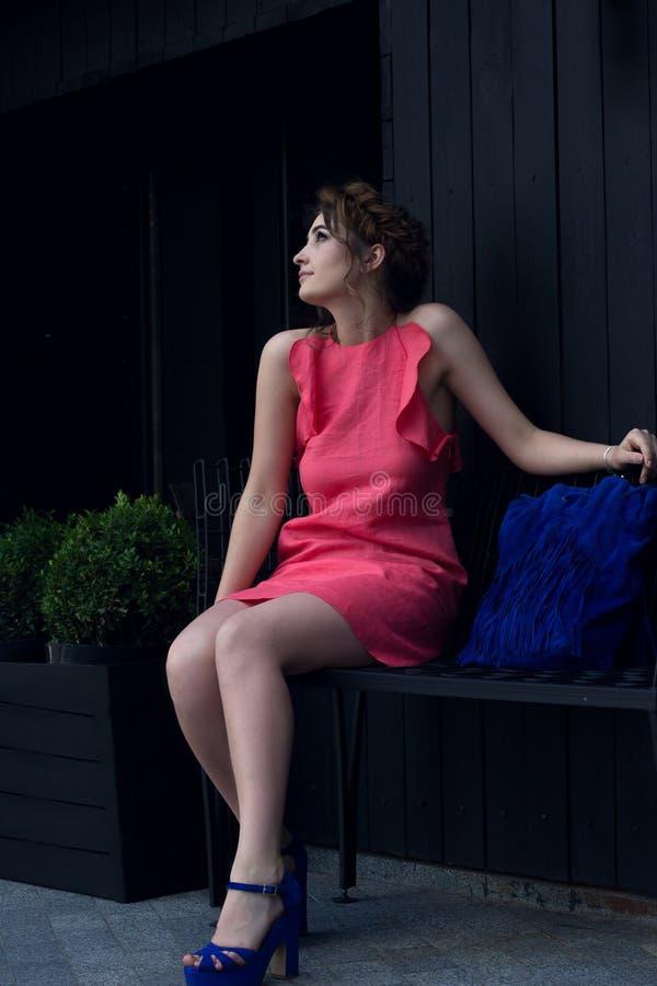 Menina bonita em um vestido do pêssego imagens de stock royalty free
