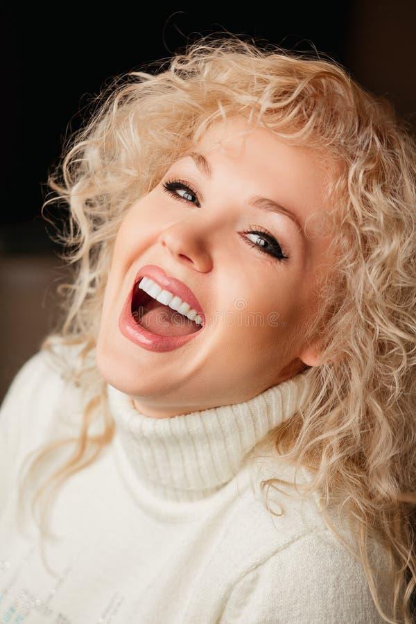 Menina bonita em uma camiseta branca com colar imagens de stock