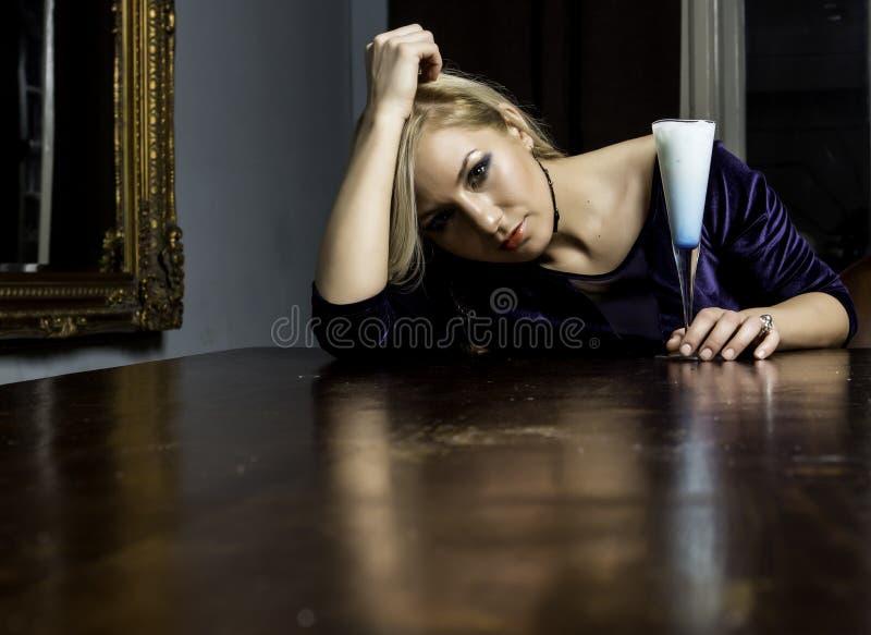 Menina bonita em uma tabela foto de stock royalty free
