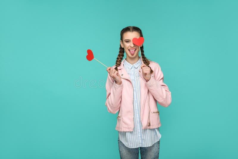 Menina bonita engraçada no estilo ocasional, no penteado da trança e no rosa imagens de stock