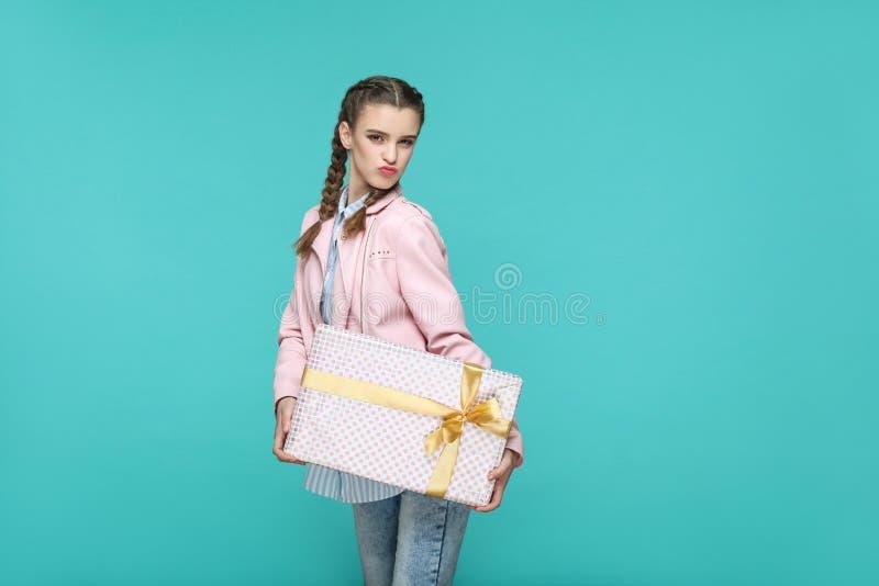 Menina bonita engraçada no estilo ocasional, no penteado da trança e no rosa fotos de stock