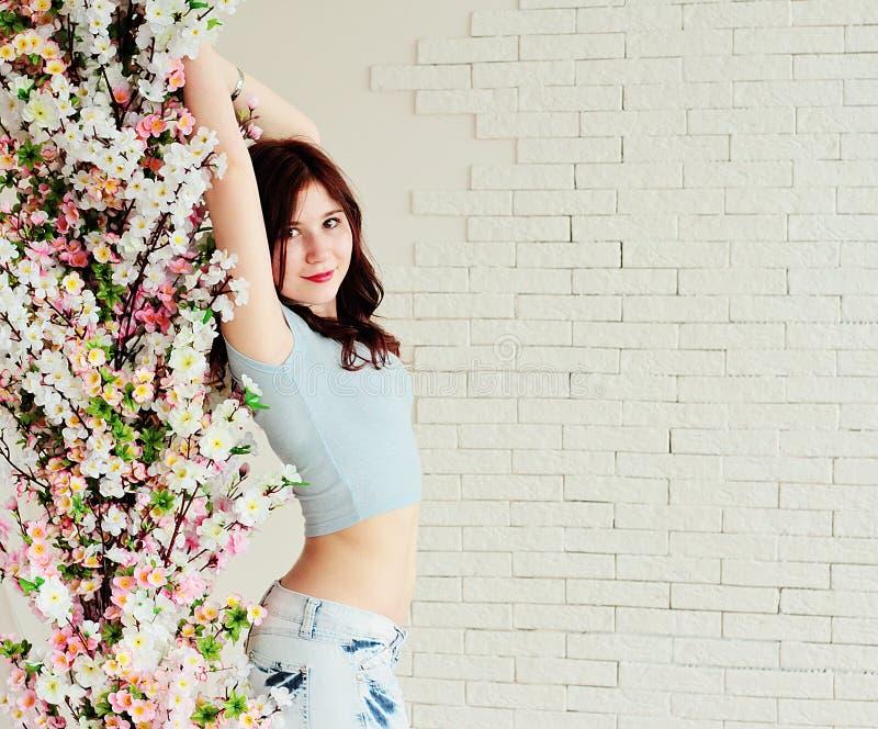 Menina bonita entre as flores fotografia de stock