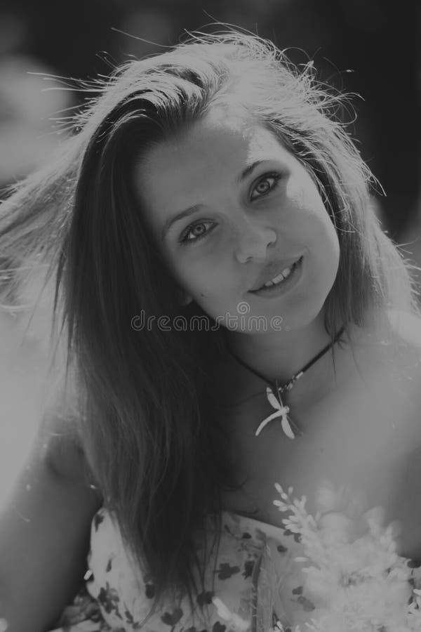 Menina bonita entre campos de flor imagens de stock
