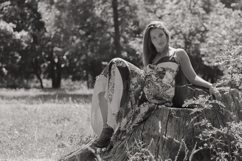 Menina bonita entre campos de flor imagens de stock royalty free