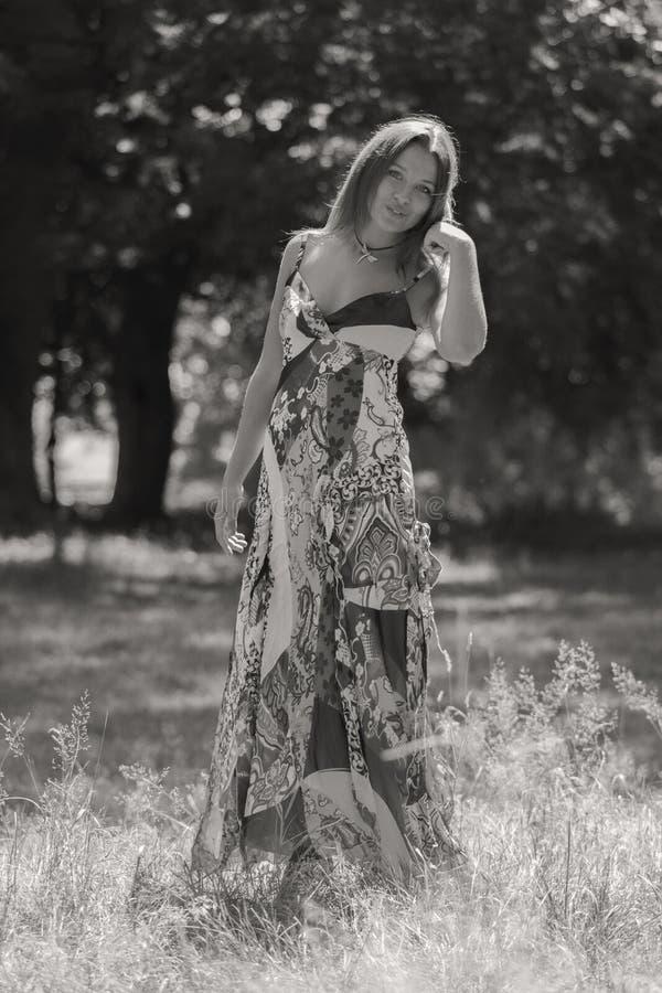 Menina bonita entre campos de flor foto de stock royalty free