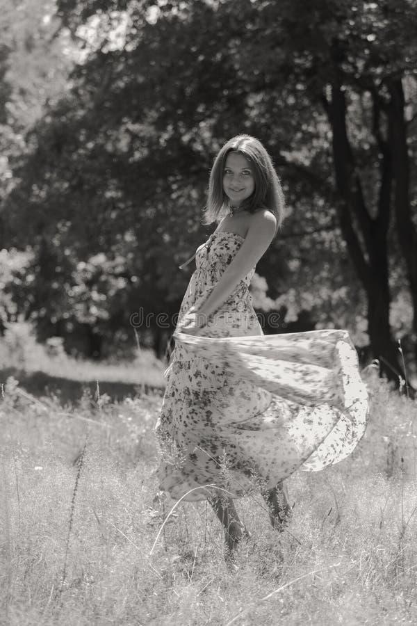 Menina bonita entre campos de flor fotos de stock