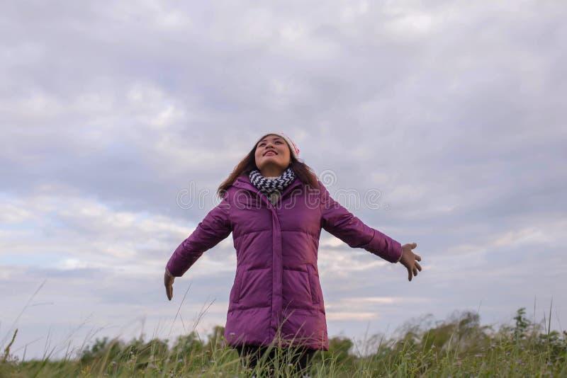 A menina bonita está feliz no inverno fotografia de stock