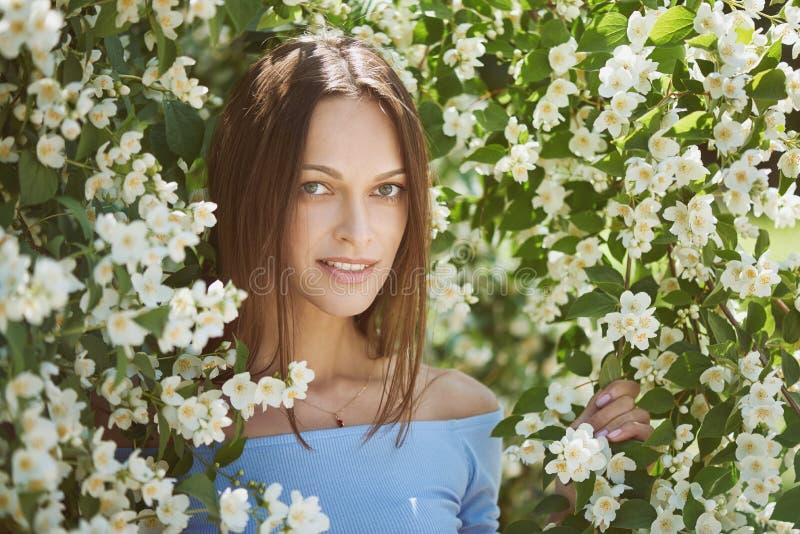 A menina bonita está sorrindo no parque da cidade imagens de stock royalty free