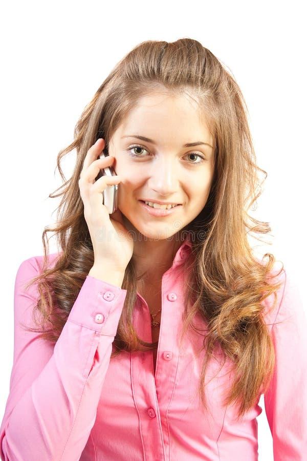 A menina bonita fala pelo telefone. imagem de stock