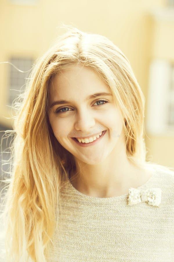 Menina bonita feliz com a cara nova bonito e cabelo longo imagem de stock