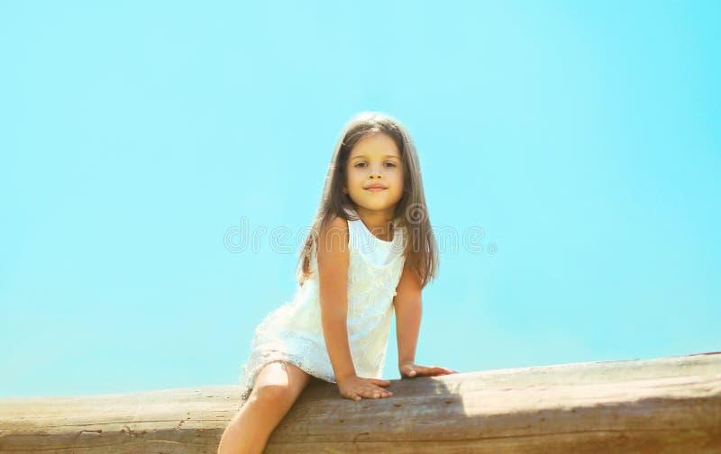 Menina bonita fora, céu azul fotografia de stock royalty free