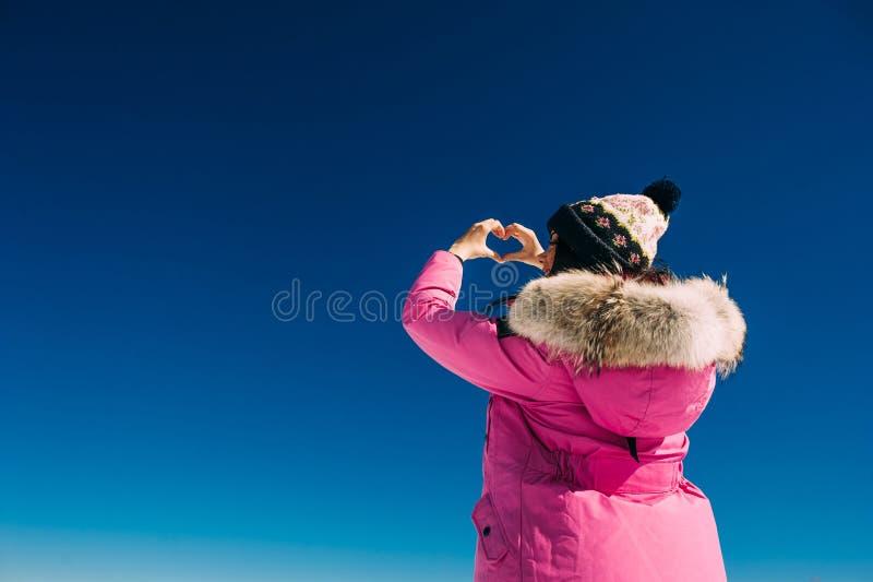 A menina bonita levantou suas mãos para o céu fotografia de stock royalty free