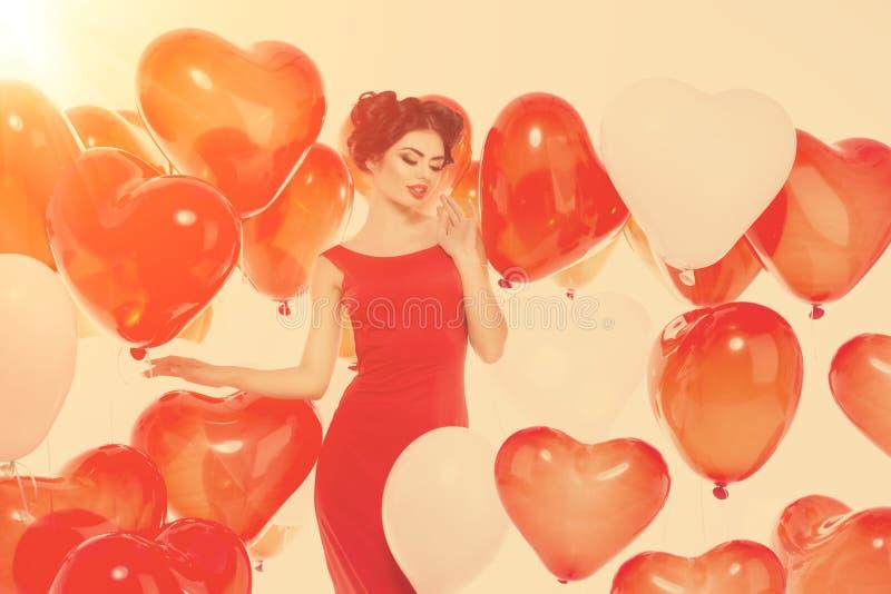 Menina bonita, modelo de forma à moda com os balões na forma foto de stock royalty free