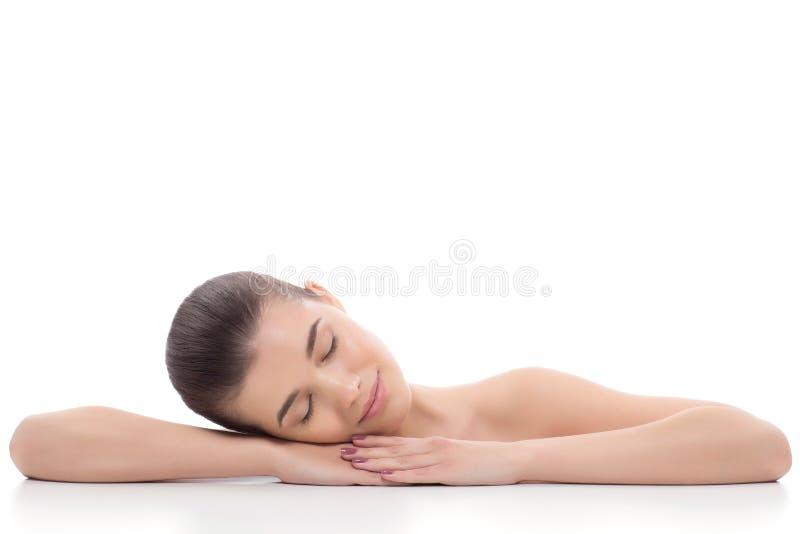 A menina bonita, mulher após procedimentos cosméticos, restauro, massagem facial, visita um esteticista, massagem foto de stock