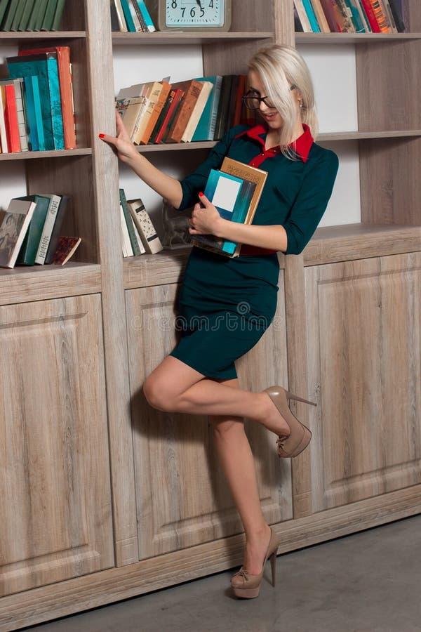 Menina bonita na biblioteca imagens de stock
