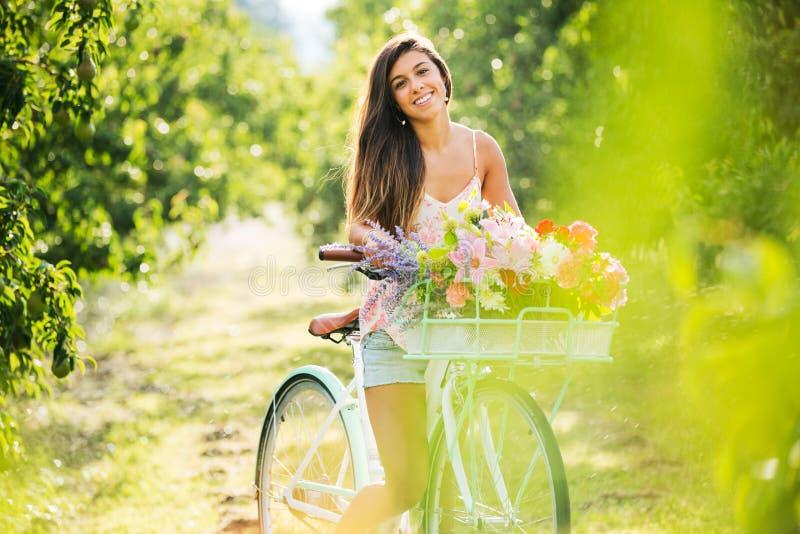 Menina bonita na bicicleta imagens de stock