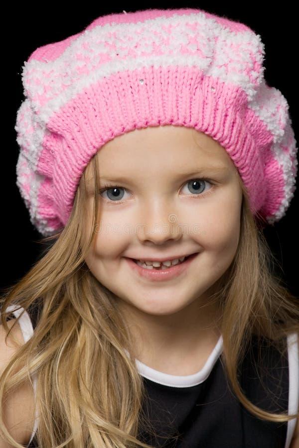 Menina bonita na boina cor-de-rosa imagens de stock royalty free