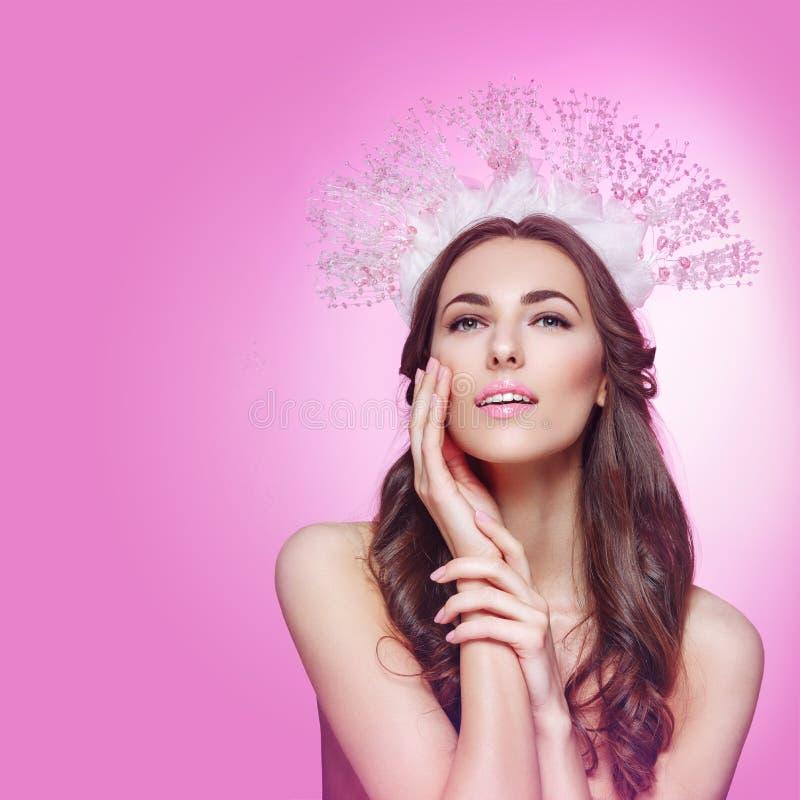 Menina bonita na coroa e no véu de cristal imagem de stock