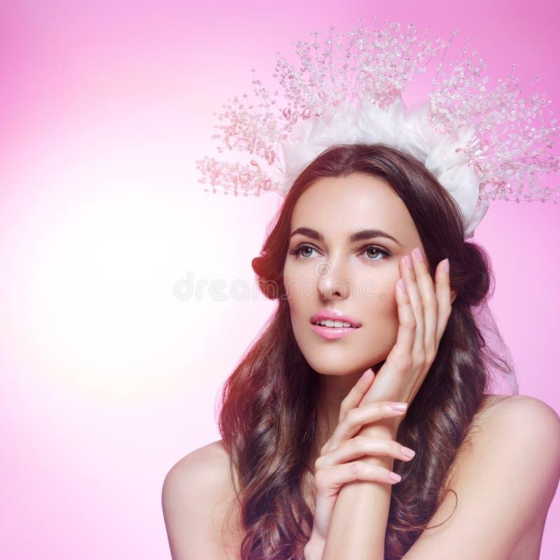 Menina bonita na coroa e no véu de cristal fotografia de stock royalty free