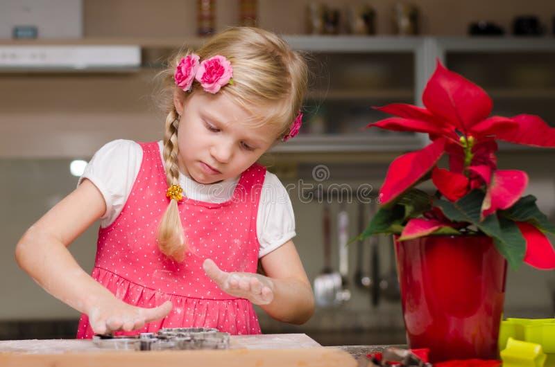 Menina bonita na cozinha e na flor do Natal fotos de stock