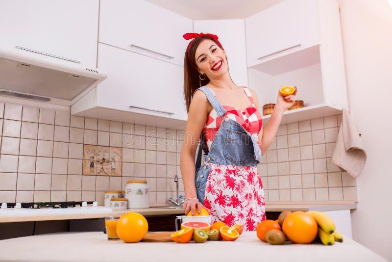 Menina bonita na cozinha que prepara o jantar imagem de stock royalty free