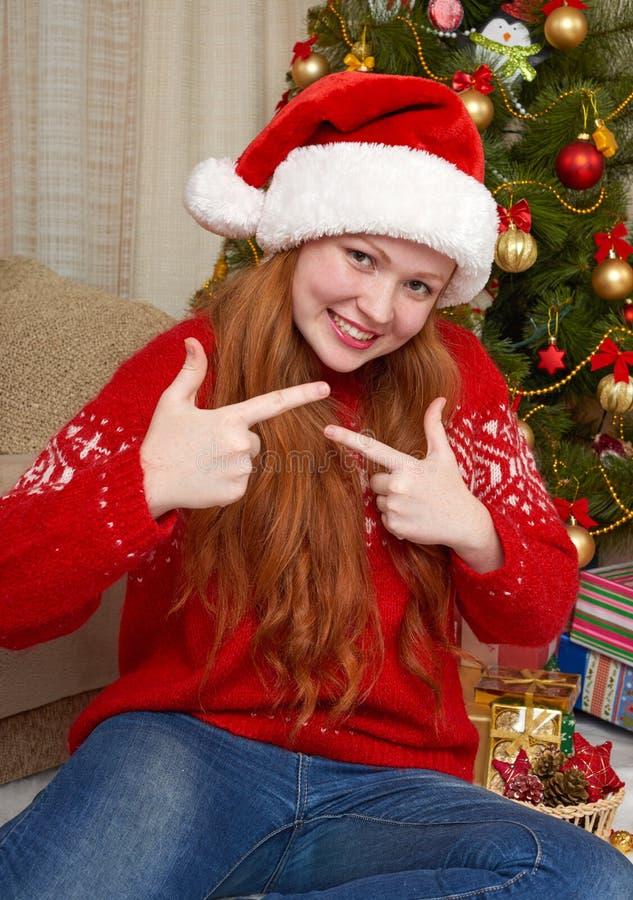 Menina bonita na decoração do Natal Interior da casa com a árvore e os presentes decorados de abeto Véspera de ano novo e conceit fotografia de stock