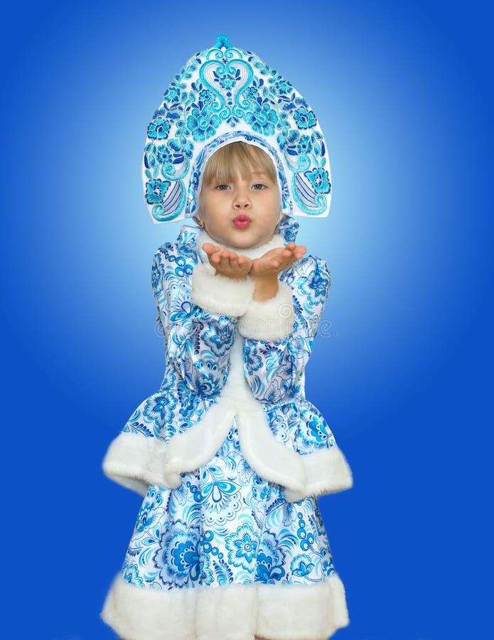 Menina bonita na donzela da neve do terno imagem de stock royalty free