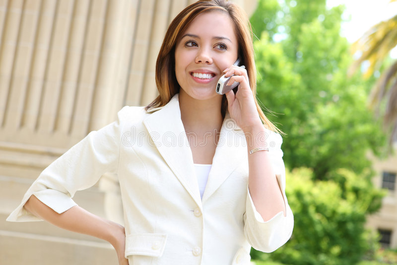 Menina bonita na escola do telefone de pilha imagem de stock royalty free