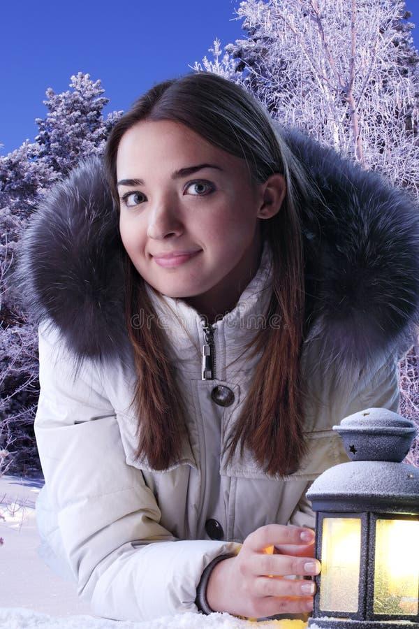 Menina bonita na floresta do inverno imagem de stock royalty free