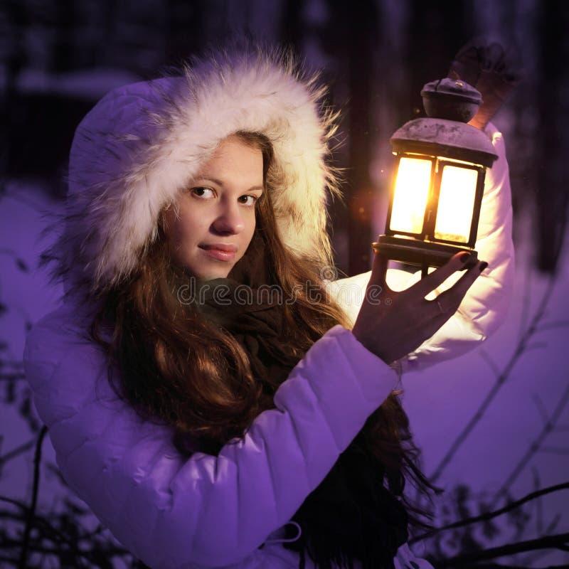 Menina bonita na floresta do inverno imagens de stock
