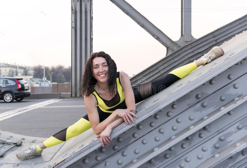 Menina bonita na guita na ponte, esticando imagem de stock royalty free