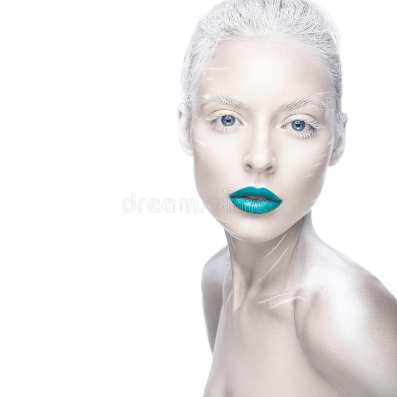 Menina bonita na imagem do albino com bordos azuis e os olhos brancos Cara da beleza da arte imagens de stock