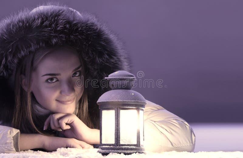 Menina bonita na neve do inverno imagens de stock royalty free