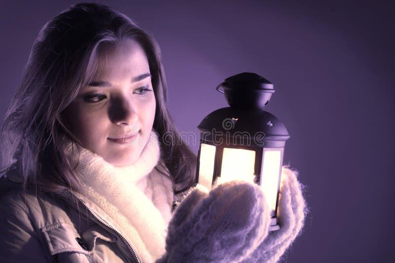 Menina bonita na neve do inverno fotos de stock