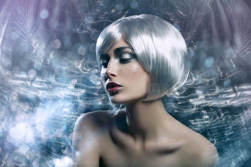 Menina bonita na peruca de prata foto de stock
