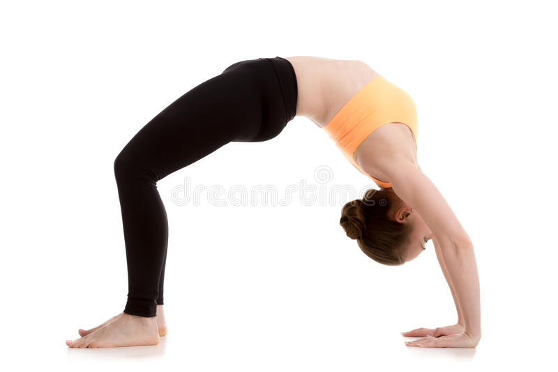 Menina bonita na pose da ioga do dhanurasana do urdhva fotos de stock