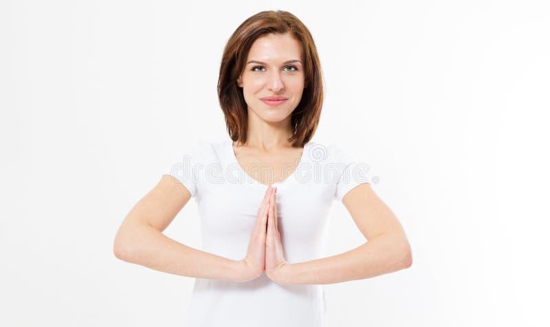 Menina bonita na pose do namaste no fundo branco isolado Jovem mulher que faz os exercícios do esporte isolados fotos de stock royalty free