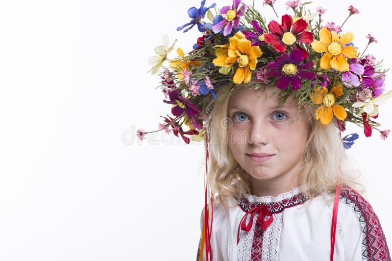 Menina bonita na roupa étnica ucraniana fotos de stock royalty free