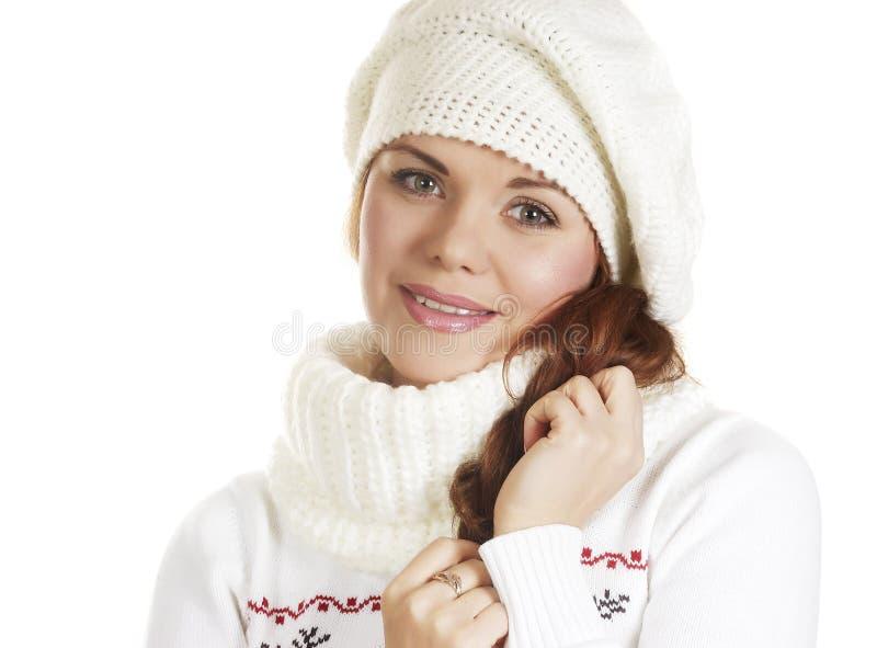 A menina bonita na roupa do inverno prende um cabelo imagens de stock